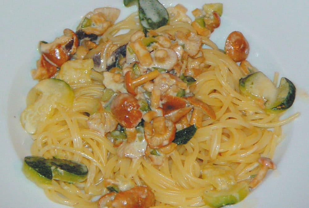 Wiesenellerlinge mit Spaghetti und Zucchini